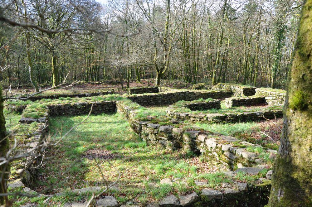 Hameau médiéval de la forêt de Pont Kallek à Berné