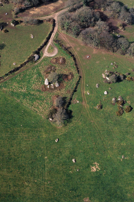 Saint-Gilles-Pligeaux (22). Menhir de Kergornnec, vue du ciel. Cliché M. Gautier