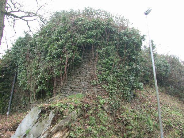 Châteauneuf-du-Faou, Kastellic. Vestiges de la tour est du château. Cliché A. Provost
