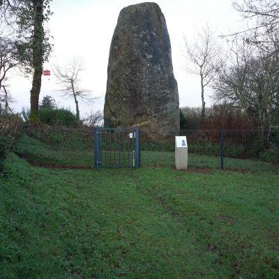 Glomel, Menhir du Bourg. Cliché J.-Y. Tinevez