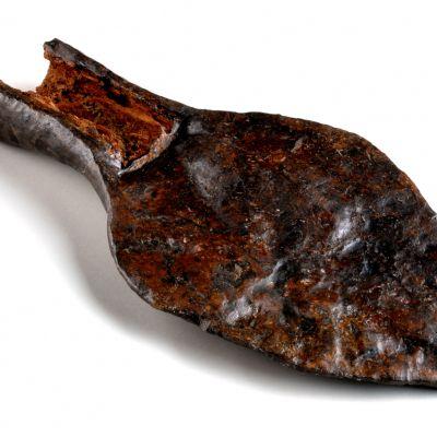 Paule, Chapelle Saint-Symphorien. Soc d'araire trouvé sous le seuil de l'entrée de la chapelle de Saint-Symphorien. Cliché J. Le gall