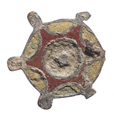 Carhaix, Domus de l'hopital. Fibule ou broche émaillée servant à attacher les vêtements © G. Le Cloirec