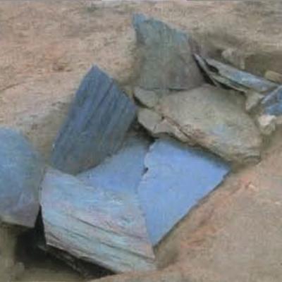 Kergroas, dalles de couverture de la tombe, Villard-Le Tiec.